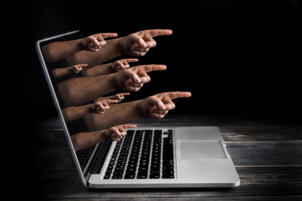 ¿Puedo demandar a quien me ofendió en redes sociales?