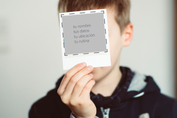 Niño cubriendo su cara con una foto instantánea